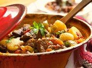 Картофена яхния на фурна с свинско месо от плешка, чушки, моркови, лук и домати от консерва